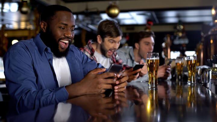 バーで賭けを楽しむ人々