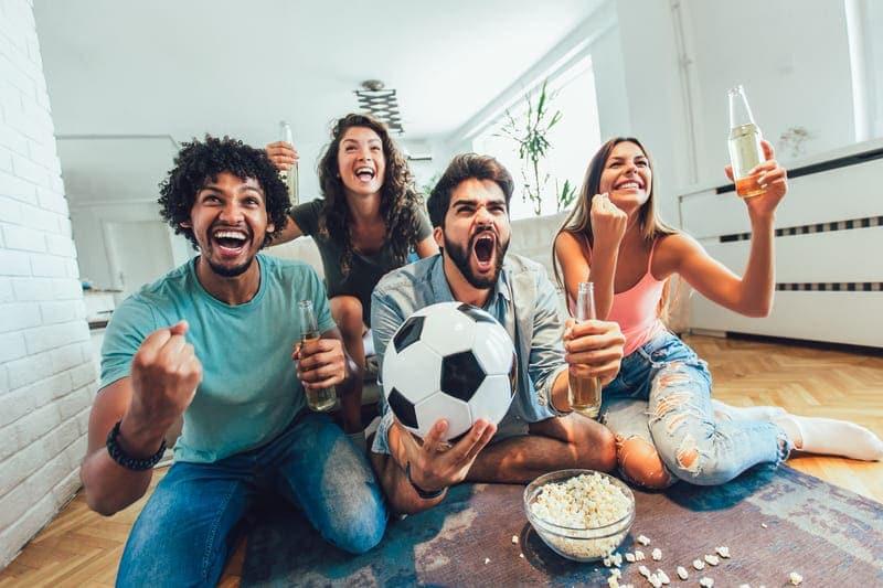 サッカー観戦をして盛り上がる人々